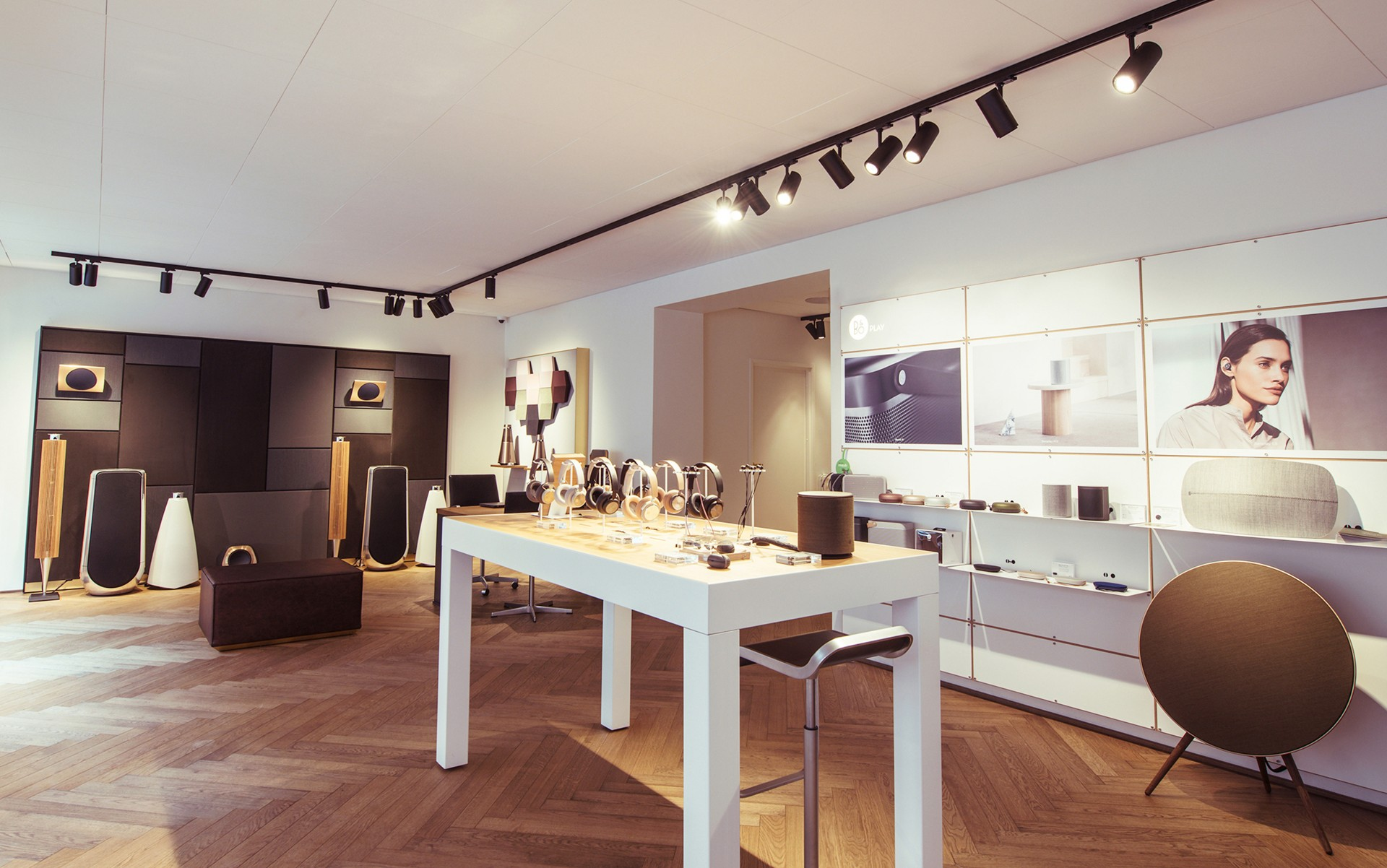 For their new brick and mortar location on Fredrikinkatu, lighting provider DECOlight used the versatile and elegant M3 Spot to show off the perfection of the electronics on display. – Joonas Puhakka (Northern Images)