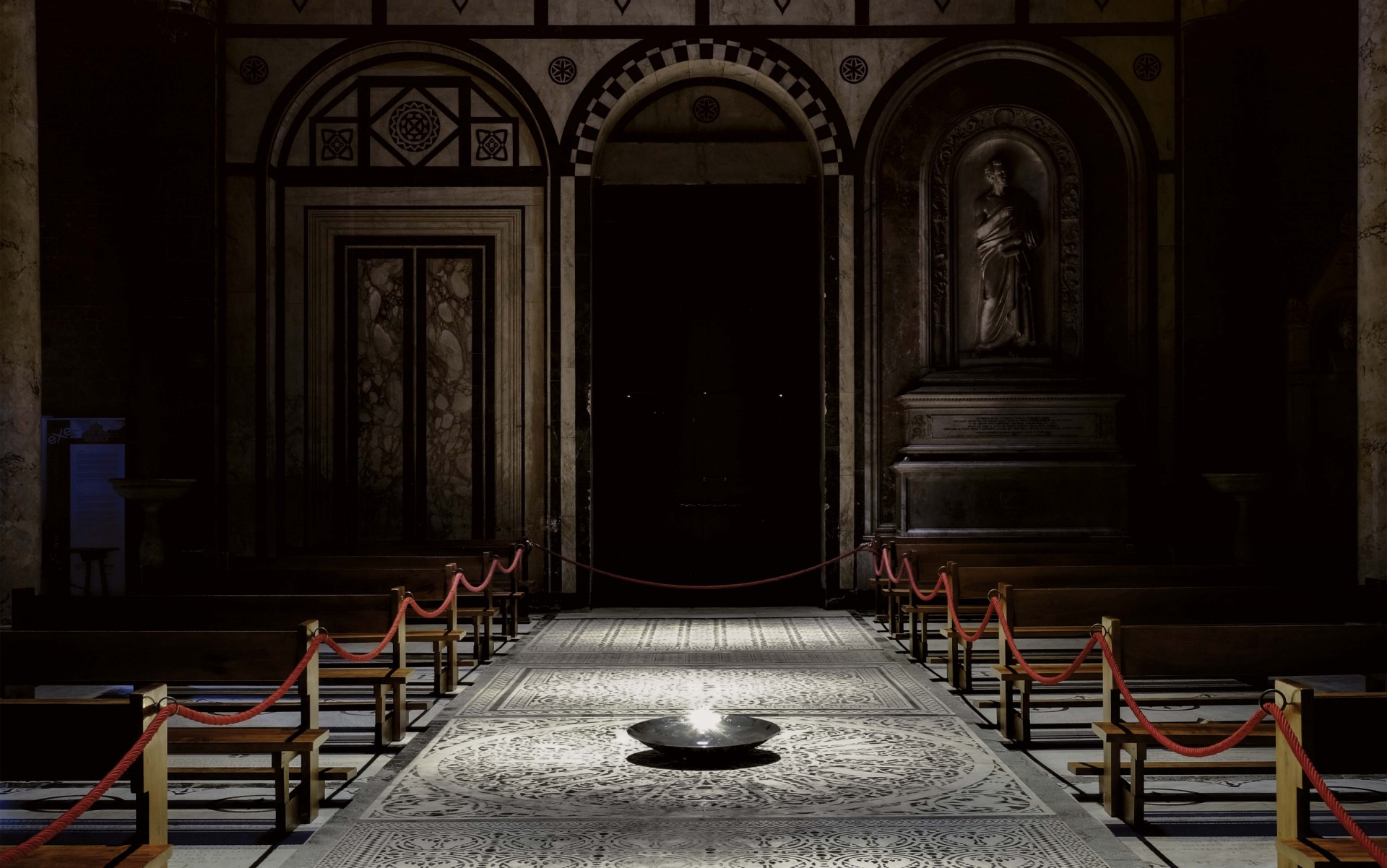 The light precisely strikes the architectural elements and frescoes without spilling onto nearby surfaces.  – Matteo Bencini - Matteo Trentanove